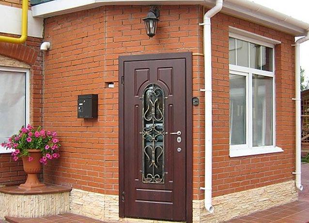железная дверь в коттедж